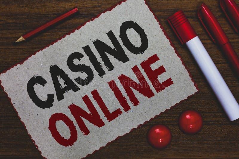 Escrita conceptual da mão que mostra o casino em linha Jogo apresentando Bet Lotto High Stakes Wh real do jogo de pôquer do compu fotografia de stock