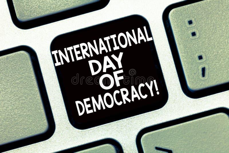 Escrita conceptual da mão que mostra o dia internacional da democracia Texto da foto do negócio que comemora direitos de voto em  foto de stock