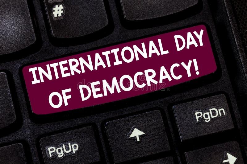Escrita conceptual da mão que mostra o dia internacional da democracia Texto da foto do negócio que comemora direitos de voto em  imagens de stock