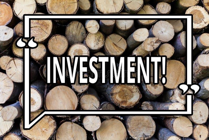 Escrita conceptual da mão que mostra o investimento Foto do negócio que apresenta para pôr o tempo do dinheiro em algo fazer o lu fotografia de stock royalty free
