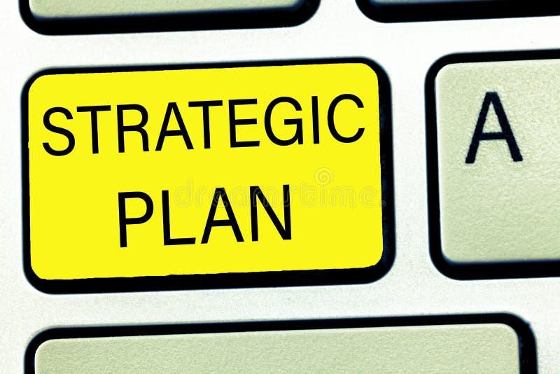 Escrita conceptual da mão que mostra o plano estratégico Processo do texto A da foto do negócio de definir a estratégia e de faze fotografia de stock