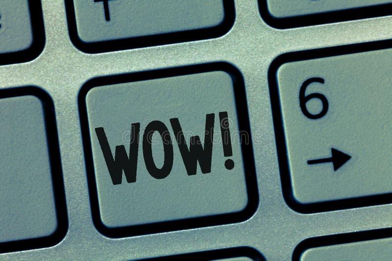 Escrita conceptual da mão que mostra o wow A foto do negócio que apresenta o sucesso sensacional imprime e excita alguém expresso imagens de stock royalty free