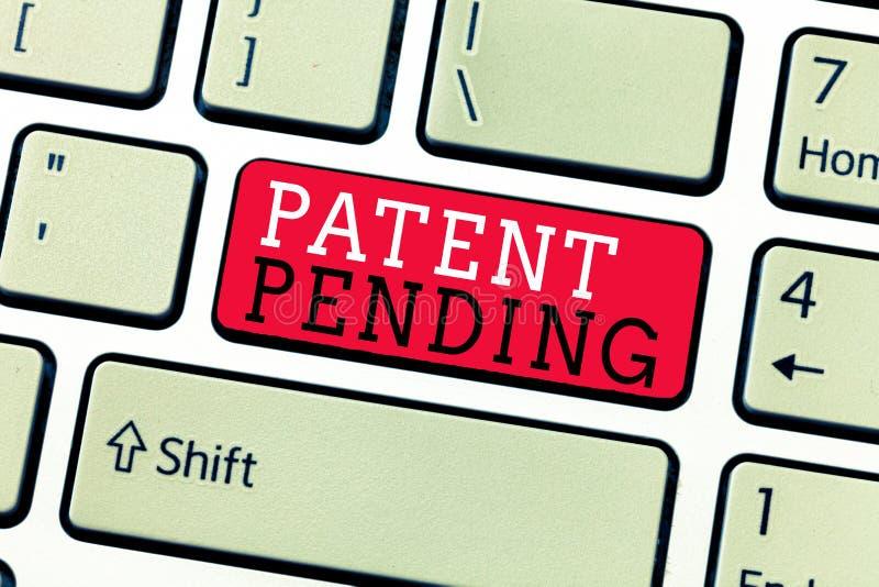 Escrita conceptual da mão que mostra a patente pendente Pedido do texto da foto do negócio já arquivado mas concedido não ainda a ilustração do vetor