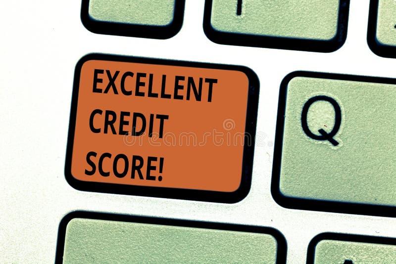 Escrita conceptual da mão que mostra a pontuação de crédito excelente O número do texto da foto do negócio que avalia um consumid imagem de stock