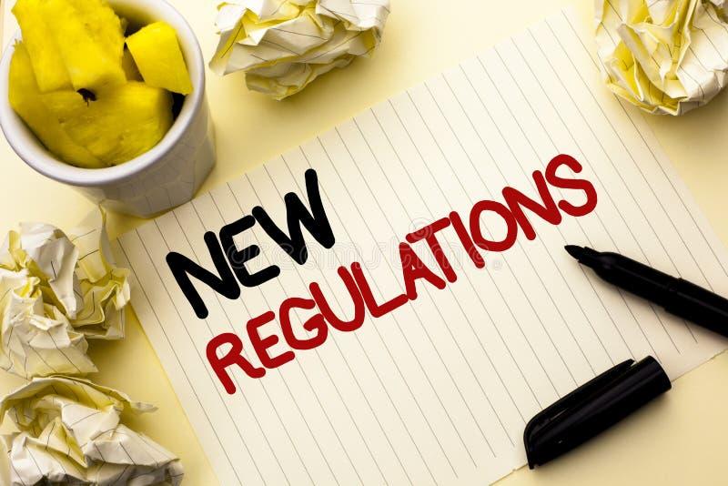 Escrita conceptual da mão que mostra regulamentos novos A mudança apresentando da foto do negócio das leis ordena especificações  imagens de stock