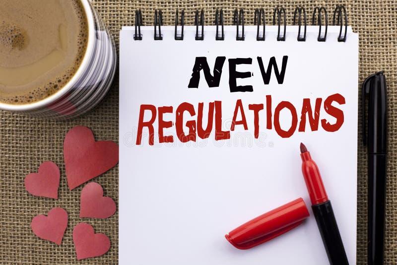 Escrita conceptual da mão que mostra regulamentos novos A mudança apresentando da foto do negócio das leis ordena especificações  fotografia de stock royalty free