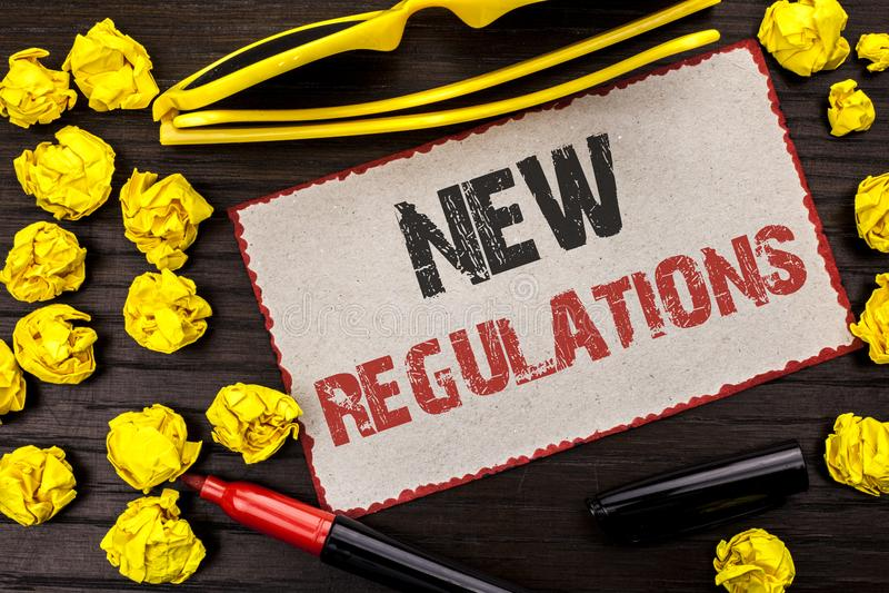 Escrita conceptual da mão que mostra regulamentos novos A mudança do texto da foto do negócio das leis ordena o writt incorporado imagem de stock royalty free