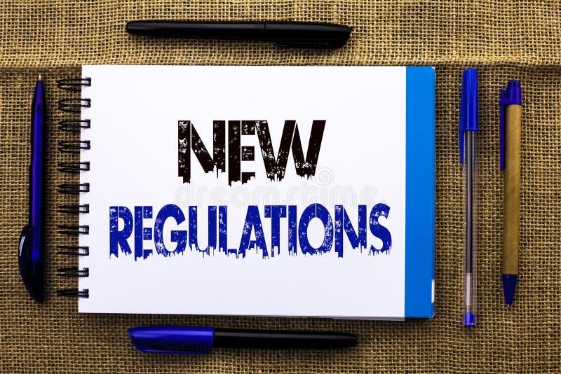Escrita conceptual da mão que mostra regulamentos novos A mudança do texto da foto do negócio das leis ordena o writt incorporado imagens de stock