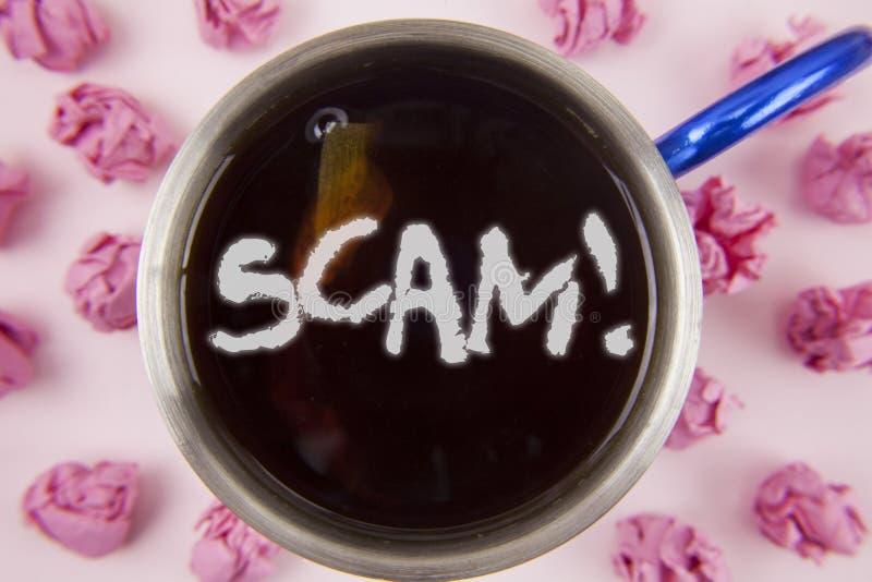 Escrita conceptual da mão que mostra a Scam a chamada inspirador Foto do negócio que apresenta povos desonestos do truque da frau imagens de stock royalty free