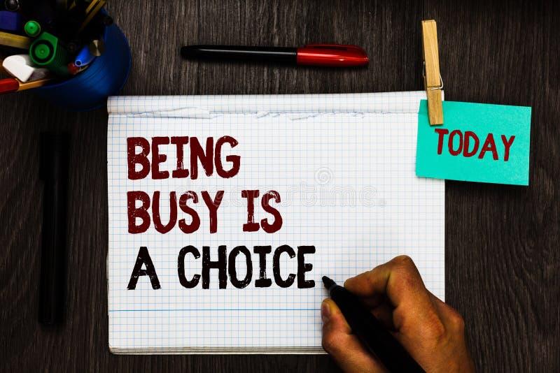 A escrita conceptual da mão que mostra sendo ocupada é uma escolha A vida do texto da foto do negócio é sobre prioridades arranja fotos de stock royalty free