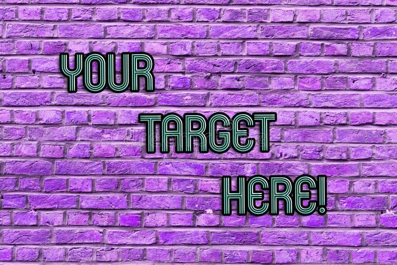 Escrita conceptual da mão que mostra seu alvo aqui O texto da foto do negócio seja centrado sobre sua estratégia dos objetivos do fotos de stock