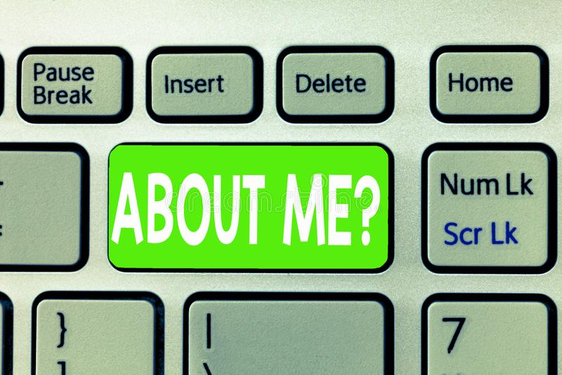 Escrita conceptual da mão que mostra SOBRE MIM a pergunta O texto da foto do negócio oneself de interrogação que deixa a outra ex foto de stock
