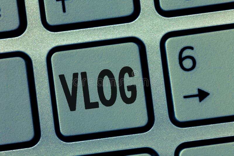 Escrita conceptual da mão que mostra Vlog Blogue apresentando da foto do negócio que contém meios curtos do Social do material vi fotografia de stock royalty free