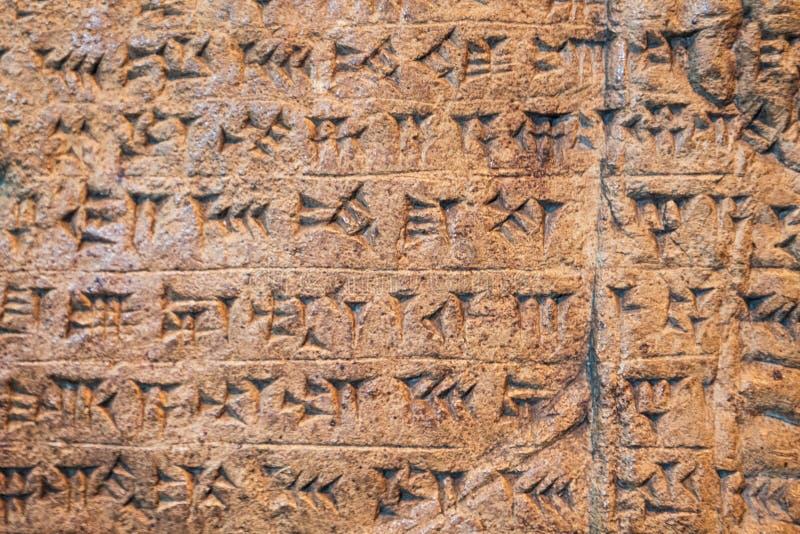 Escrita cuneiforme Assyrian e Sumerian antiga que cinzela na pedra do mesopotâmia fotos de stock royalty free