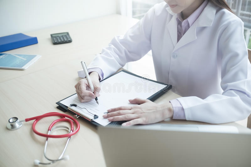 Escrita da mão do doutor da medicina algo em médico de fotos de stock