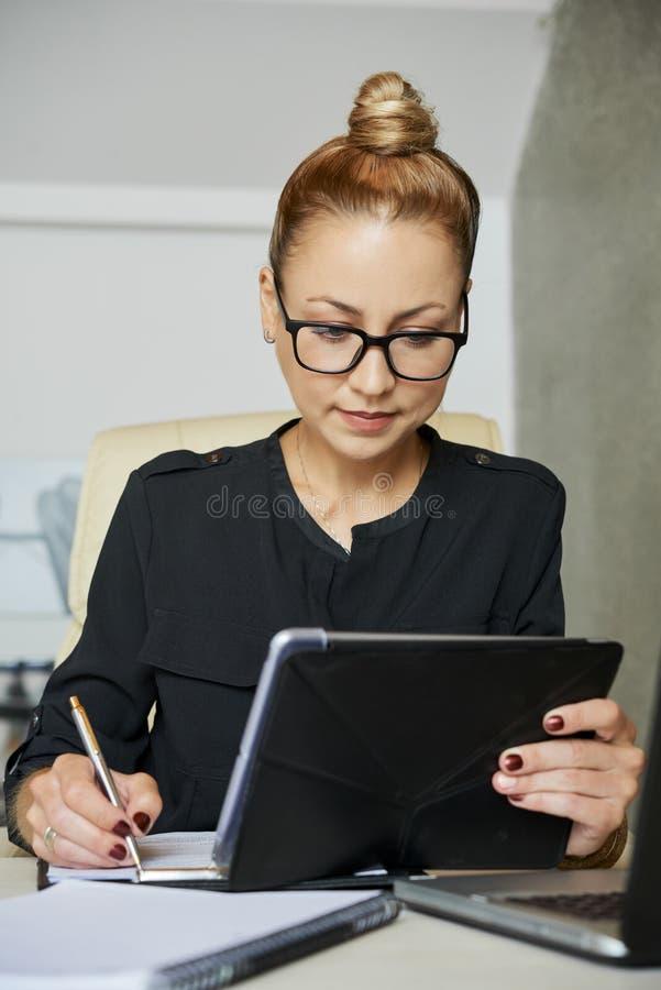Escrita da mulher de negócios no documento foto de stock
