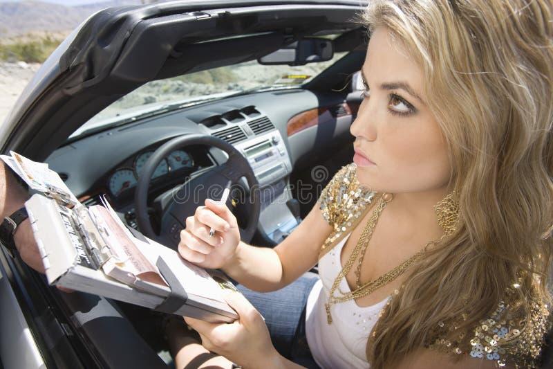 Escrita da mulher no bilhete de tráfego foto de stock royalty free