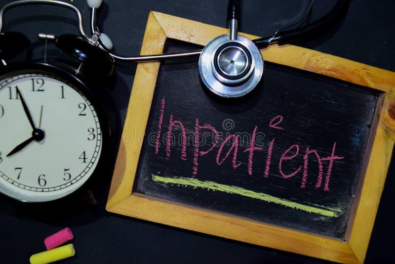A escrita da paciente internado das palavras no quadro na vista superior imagem de stock royalty free