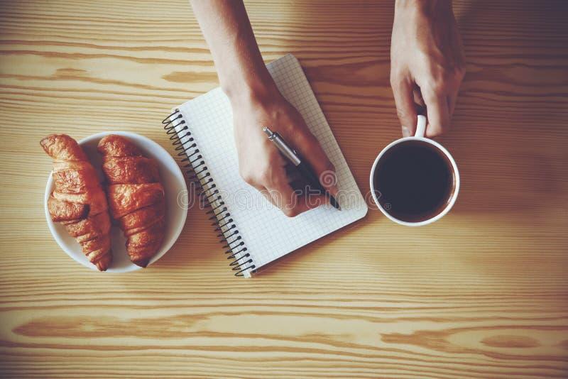 Escrita da pena no caderno com café fotografia de stock