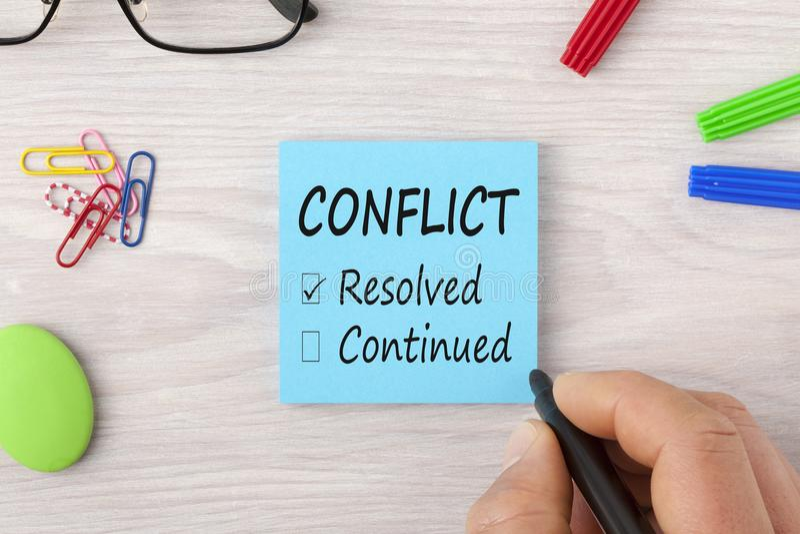Escrita do conflito no conceito da nota foto de stock