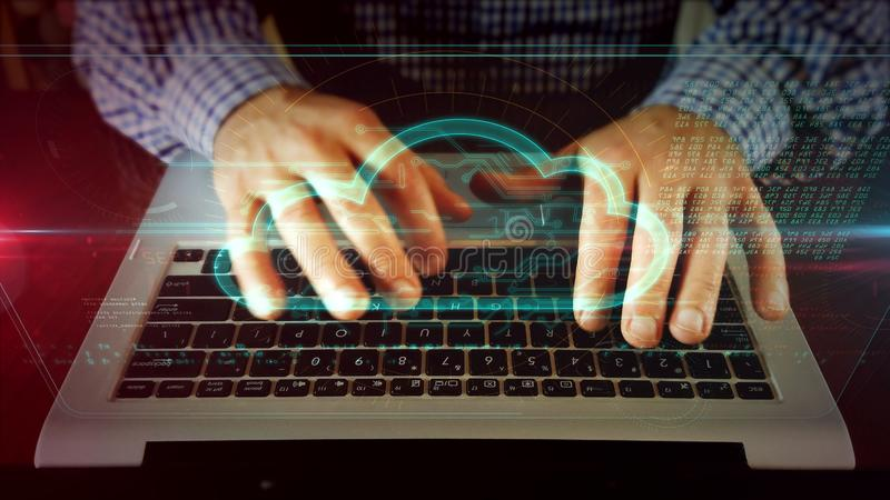 Escrita do homem no teclado do portátil com nuvem imagens de stock royalty free