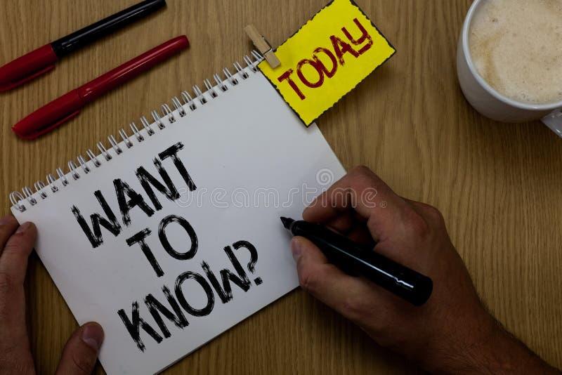 A escrita do texto da escrita quer conhecer a pergunta Pedido de informações do significado do conceito que pergunta homem do con fotografia de stock