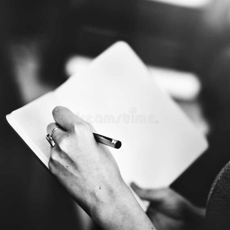 A escrita entrega o conceito da nota da escrita do memorando fotos de stock royalty free