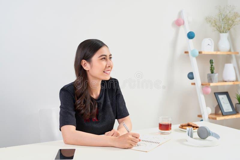 Escrita estudando o conceito de trabalho do planeamento Mulher asiática que escreve j fotos de stock royalty free