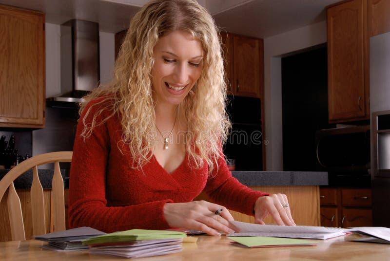 Escrita feliz da mulher foto de stock royalty free