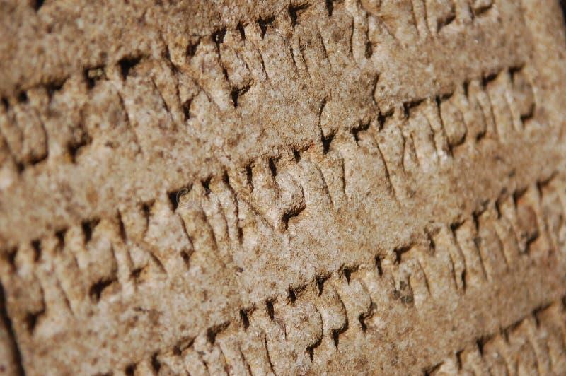 Escrita judaica medieval na pedra como o fundo imagem de stock royalty free