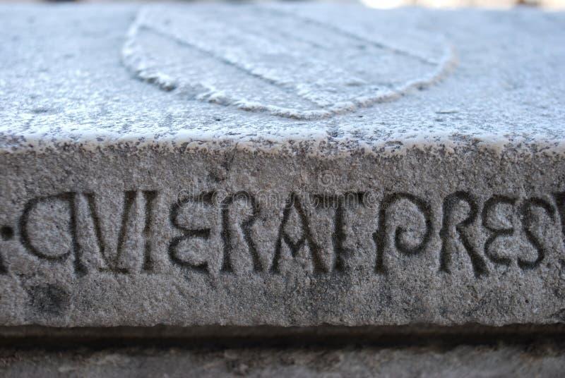Escrita latino, cinzelada em uma laje de pedra foto de stock