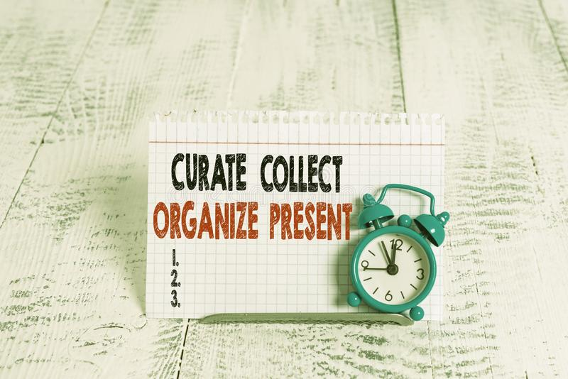 Escrita manual conceptual mostrando Curate Collect Organize Presente Texto de foto de negócios Retirando a Curação da Organização fotografia de stock