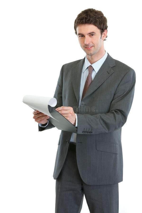 Escrita moderna do homem de negócios na prancheta imagens de stock royalty free