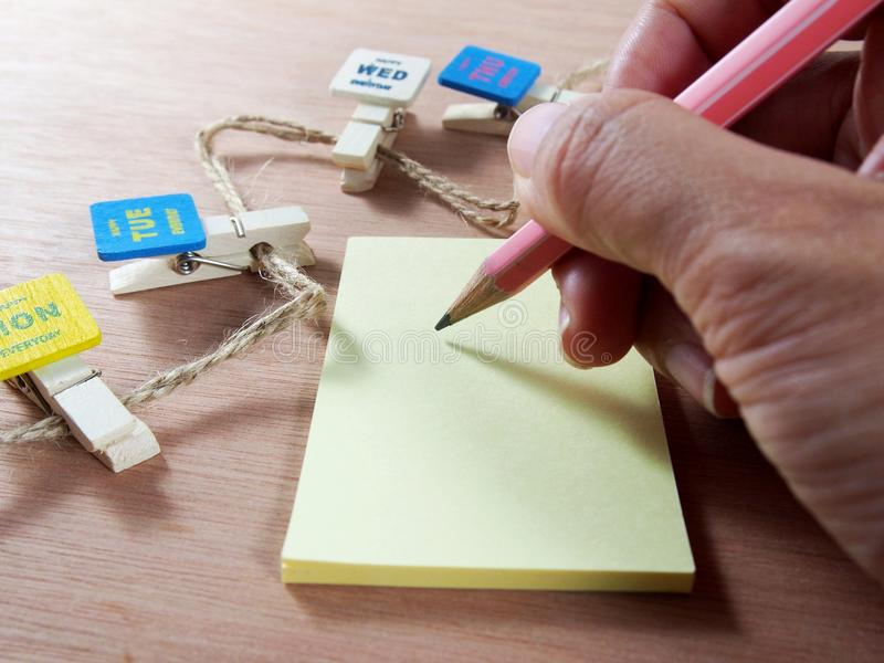 Escrita no papel de nota com clipes de papel fotos de stock royalty free