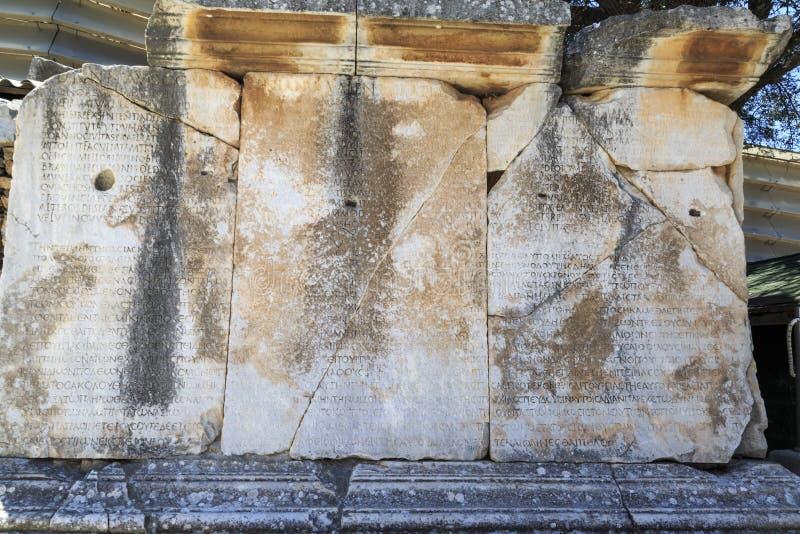 Escritas do grego clássico em Ephesus, Izmir, Turquia imagem de stock royalty free