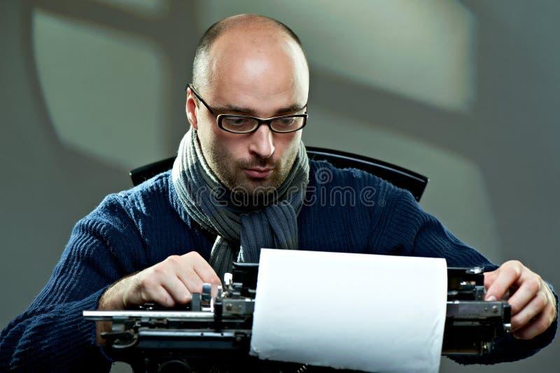 Escritor calvo antiquado nos vidros imagem de stock