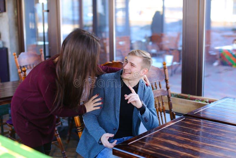 Escritor con el smartwatch a mano que espera al socio comercial en café foto de archivo