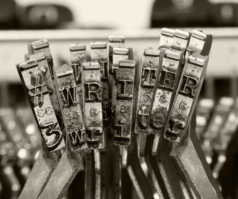 ESCRITOR con la vieja macro de la máquina de escribir monocromática yo fotografía de archivo libre de regalías