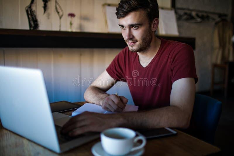 Escritor contento experto de sexo masculino hermoso que trabaja en sitio web imágenes de archivo libres de regalías
