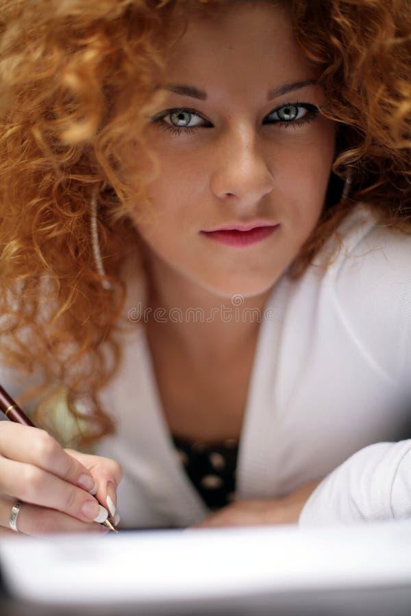 Escritor do Redhead foto de stock