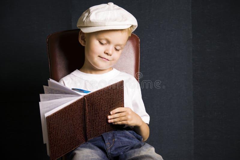 Escritor engraçado do menino imagens de stock