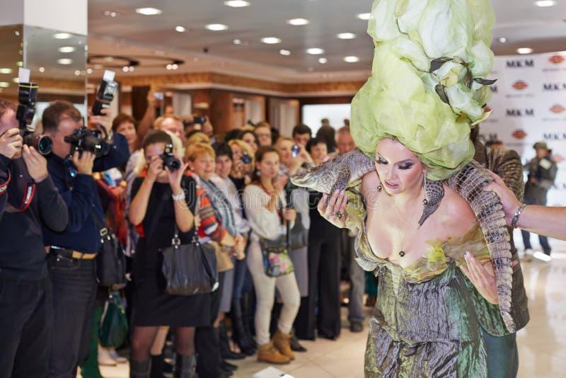 Escritor Lena Lenina de la presentadora del día de fiesta con el cocodrilo vivo imagen de archivo