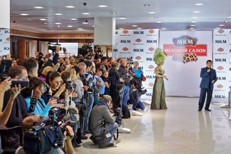 Escritor Lena Lenina de la presentadora del día de fiesta y cantante Kobzon imagen de archivo