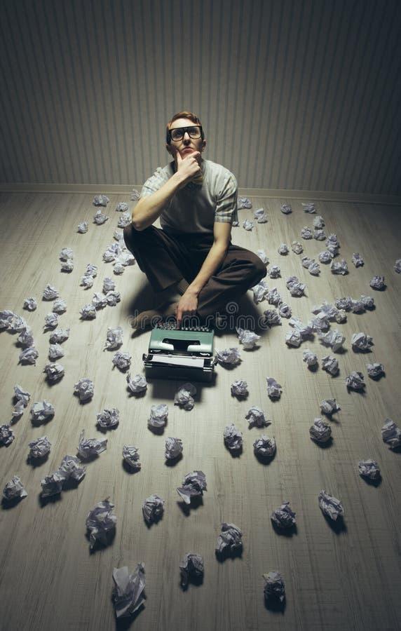 Autor e sua máquina de escrever fotografia de stock