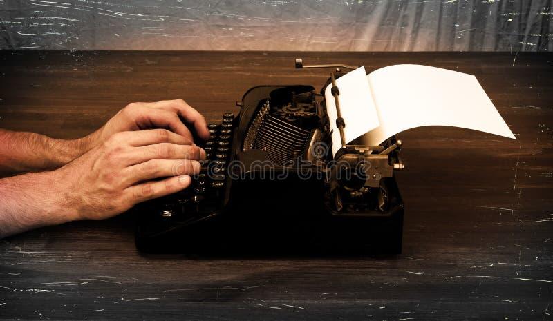 Escritor ou repórter atrás da máquina de escrever fotografia de stock royalty free