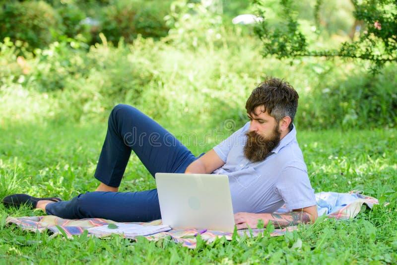 Escritor que procura o ambiente da natureza da inspiração Inspiração para publicar em blogs Blogger que torna-se inspirado por na imagem de stock