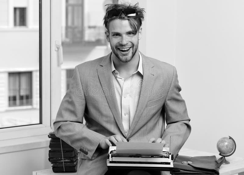 Escritor u hombre de negocios que lleva el traje gris Autor o redactor joven imagen de archivo libre de regalías