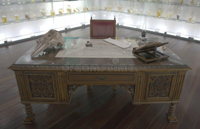 escritorio Escritorio antiguo Escritorio del qu?mico de la vendimia en departamento antiguo del boticario imagen de archivo libre de regalías