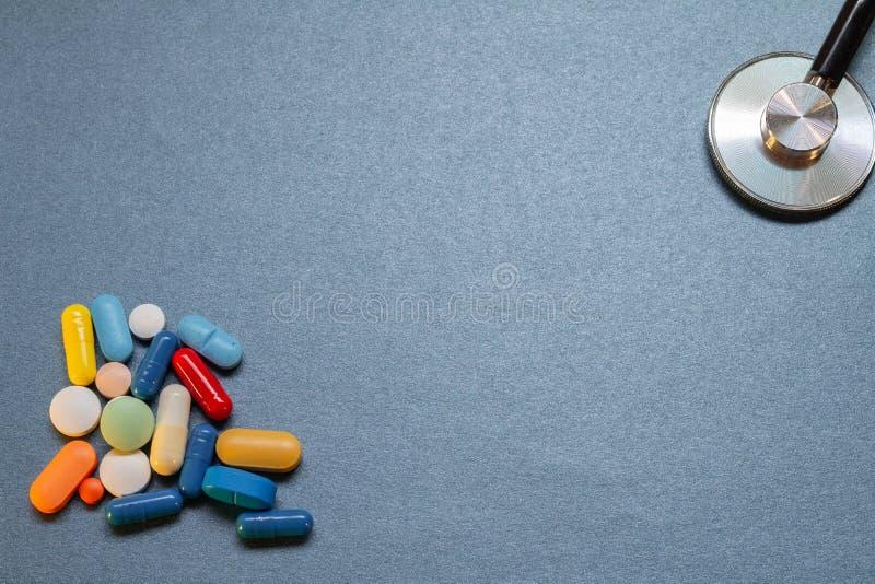 Escritorio azul neutral con algunos utensilios médicos fotografía de archivo