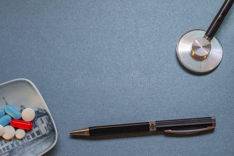 Escritorio azul neutral con algunos utensilios médicos imagen de archivo libre de regalías
